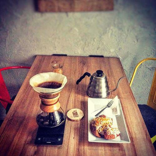 W Kawie Rzeszowskiej mamy dla Was przygotowany świąteczny duet - czyli rogal świetomarcinski wraz z kawą zaparzoną w chemexie pochodzącą z Kenii o intensywnym słodkim aromacie przypominającym zapach świeżo wypieczonej bezy. W smaku znajdziemy nuty jagód oraz słodkiej śmietanki. Spotkajmy się w Kawie Rzeszowskiej ul. Kościuszki 3 w podwórzu. Rzeszów Rzeszów Coffee Coffeetime Barista Aeropress Mobilnakawiarnia Kawa Instamood Instagood Instalove Instacoffee Igersrzeszow Kawarzeszowska Coffebreak Coffeetogo Coffeelove Love Photooftheday Happy Bestoftheday Instamood Herbata Kawasamasięniezrobi Kawarzeszowska kawiarnia chemex syphon kawaswiezopalona swiatecznyduet jestpysznie rzeszowskiesmaki