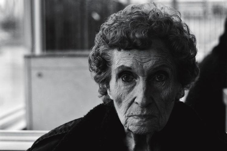 ᴳᴿᴬᴺᴰᴹᴼᵀᴴᴱᴿ 👵🏼🖤💯 Looking At Camera Close-up Grandmother Headshot Portrait Nikonphotography NikonD3400 Nikon