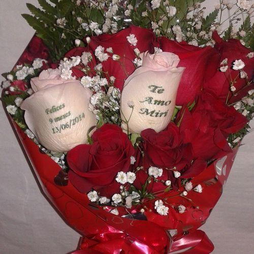 Ramo de rosas con dos de ellas tatuadas con un mensaje en el petalo, en nuestra web de flores a domicilio http://www.graficflower.com puedes encontrar mas tipos de ramos y flores. Flowerstagram Flowerslovers Flower Flowers Rosé Roses Rosesarered Rosestattoo Rosesofinstagram Rosas Rosasrojas Rosasløyfe Ramosdeflores Regalo Regalosoriginales Regalos