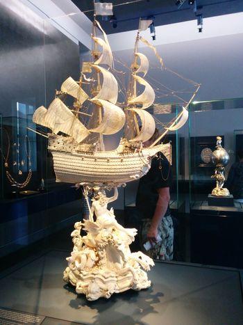 Ein Gesamtes Boot aus Elfenbein, selbst die Segel sind aus Elfenbein geschnitzt, ich hab nur noch gestaunt! :O Elfenbein Schnitzen Dresden Unglaublich