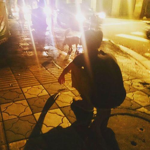 變態叔叔在逗狗 出的是狗狗不鳥他還越叫越走的微影片,估計是因為他對著汪在喵→_→ 你記録焦内我就幫你記録焦外 Photography Potographer Night Dog Guangzhou Canton Meaninglessart 無謂藝術Meaninglessart 無謂藝術 攝影師的日常 你好攝影師