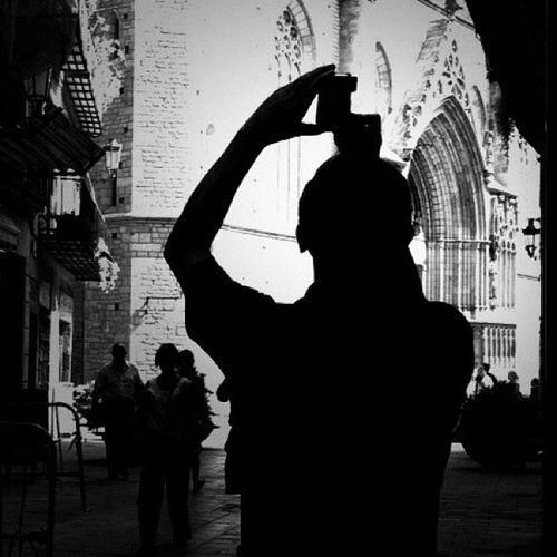 Turista - Tourist Otra aportación a la #semana_noir una buena iniciativa de philgonzalez Semana_noir Silhouettes Backlighting Contraluz Silueta Siluetas Contrallum Lareki Siluetes