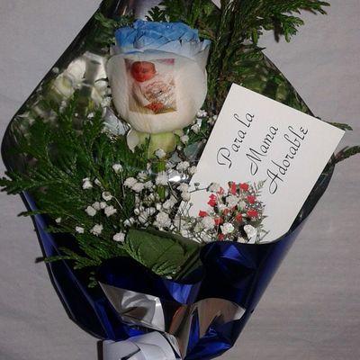 Un precioso regalo, una rosa natural con el filo de los petalos en azul y con un bebe tatuado en el petalo. En http://www.graficflower.com Rosasazules Rosaazul Ramoderosas Ramosderosas Regalosdecumpleaños Regalodiadelamadre Regalosdeaniversario Regalooriginal