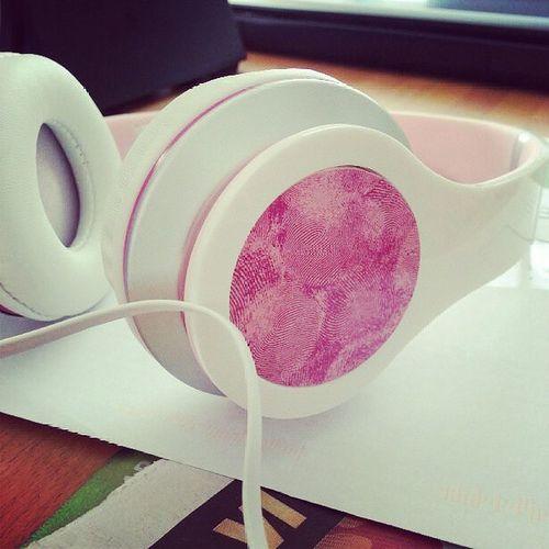 Jag stödjer Rosabandet genom att köpa hörlurar från Thephonehouse för 299 kr. 100 kr går till Rosabandet för att hjälpa kvinnor med bröst Cancer ♥♡♥ gör skillnad du också! ♥♡♥♡