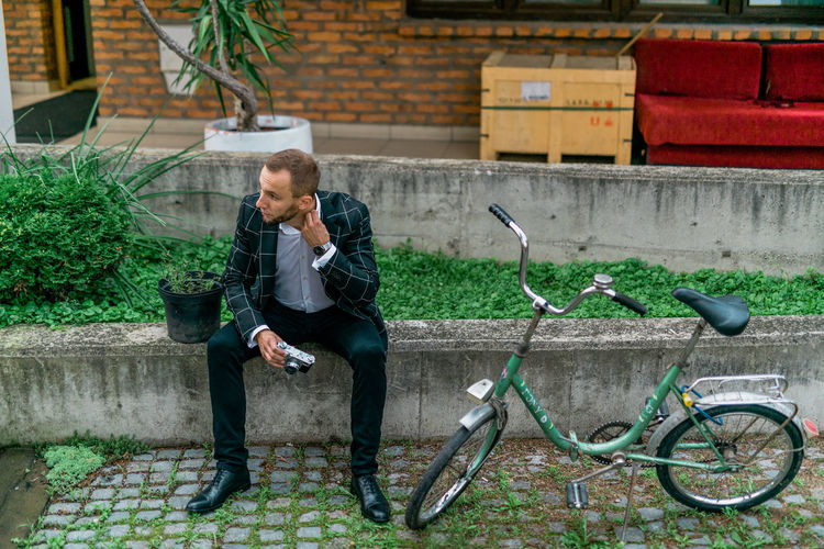 Man Stylish Adult Architecture Bicycle Business Bycicle Day Front View Full Length Lifestyles Looking Males  Man Fashion Men One Person Outdoors Plant Real People Retro Style Retro Styled Style Style And Fashion Transportation Well-dressed Young Adult Young Men