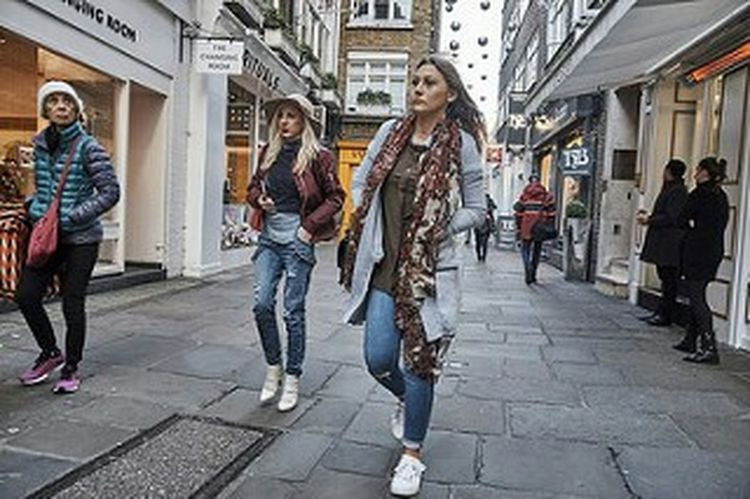 Full Length Women Walking Friendship Outdoors London London London!!! LONDON❤ Street Photo Urban Life Street Photography Streetphotography Girl Streetphoto Fitzrovialitter Jeans Fashion Candidshot London Streets London Calling Young Women Togetherness Urban Londononly Candid Photography Londonstreets