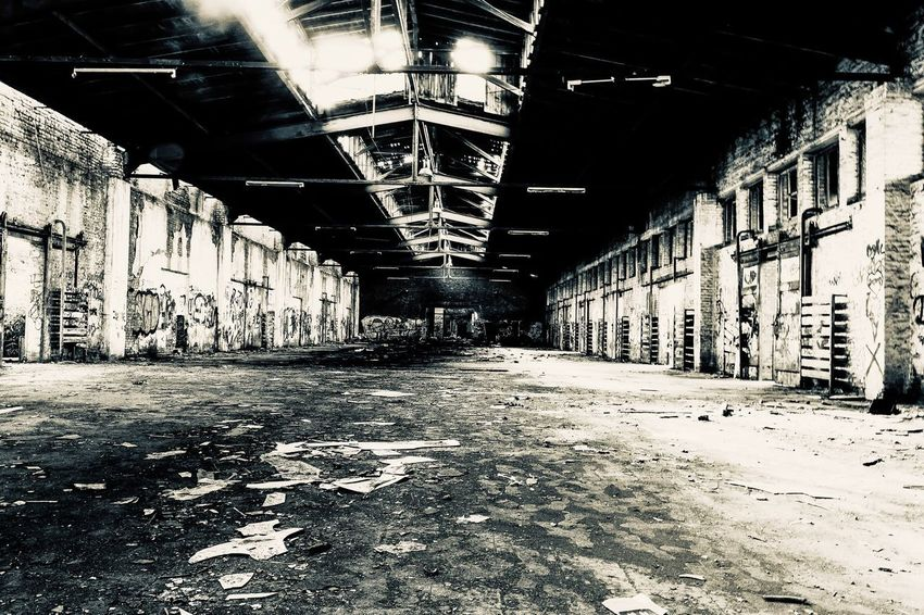 expire EyeEm Best Shots EyeEm Gallery EyeEm Selects EyeEmNewHere Architecture The Way Forward Direction Built Structure Diminishing Perspective No People Lighting Equipment Empty Day Illuminated Ceiling Indoors  Building Graffiti Architectural Column Arcade Corridor In A Row Long