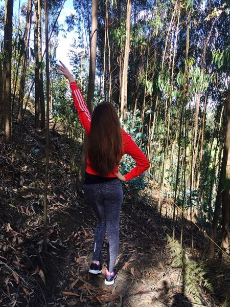 👟🌳 Nature Posing Human Body Part Beauty In Nature Photooftheday Only Women One Young Woman Only Outdoor Photography Mountain Trees Green Green Green!  Beautiful Day Walking Around Running in Colombia