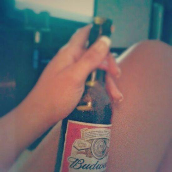 Adiado amigo x na casa da mamae graças a chuva entao ela me faz compania Budweiser Sabadoemcasa Chuvaforte Frio eueela filme