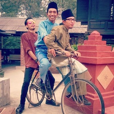 Sudin , Ramli and Ajis in close persona enactment of Bujang Lapok ..