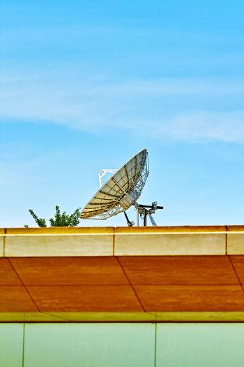 道是森林黑暗,提防莫叫人见,一旦走漏信息,外星飞来星舰。 satelie Sky Satellite Satellite Dish Roof Low Angle View Outdoors Communication Antenna - Aerial Technology