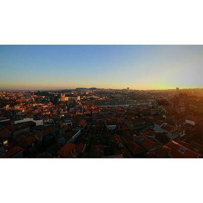 Vista para a Ribeira VSCO Vsco_pt Vscocam Porto Portoenorte Madeinpt Portugalnorteasul Ribeiraporto Torredosclerigos Vistafantastica
