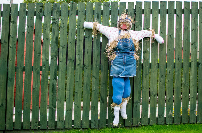 Standing Casual Clothing Scarecrow Garden Fence Hay Outdoors Lieblingsteil