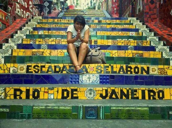 """Escadaria Selarón Rio De Janeiro Gaijin Hello World """"Eu penso, e eu não estou só. Reflito e calo."""" (Rua Manoel Carneiro - Escadaria do Convento de Santa Teresa... Todos os degraus foram decorados por azulejos, e em cada azulejo há imagens incriveis, lindas mesmo. Neste dia, tinha uma galera tocando violao, cantando, vendendo suas artes, lendo, estudando, e os demais turistas incluindo eu)."""