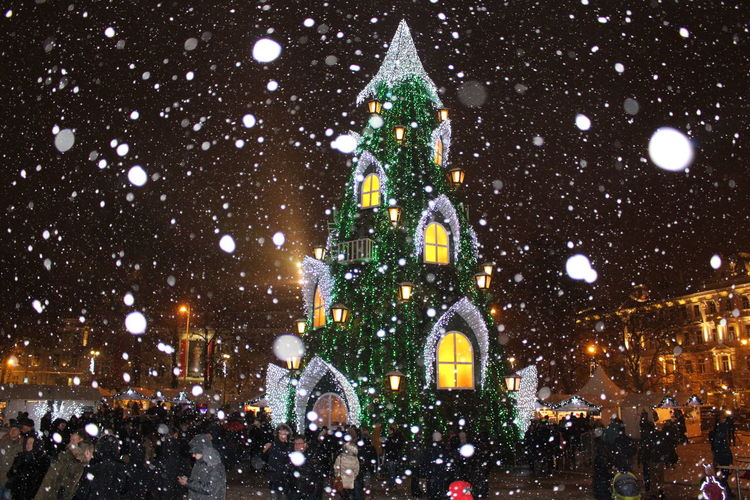 Architecture Built Structure Capital Cities  Christmas Around The World Christmas Tree City City Life City Street Crowd Illuminated Large Group Of People Leisure Activity Lifestyles Lighting Equipment Night Outdoors Sky Tourism Travel Destinations The Culture Of The Holidays