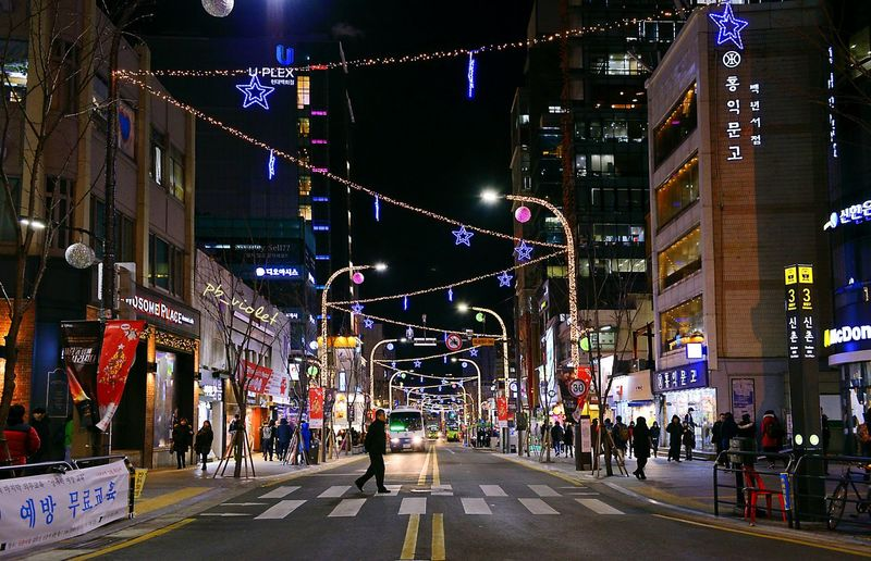 Up Close Street Photography Night View Night Lights Nightscape Ornament Christmas Lights Streetphotography Across The Street South Korea Seoul ShinChon Station Cityscapes City Life Urban 신촌 겨울 거리풍경 야경 크리스마스 D800 Cities At Night Market Reviewers' Top Picks
