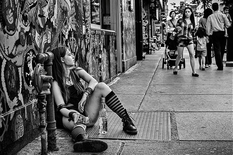 Streetlife Streetgirl Sexy Girl Streetart Fuckthesystem Blavk And White Blackandwhite Photography Alcholic