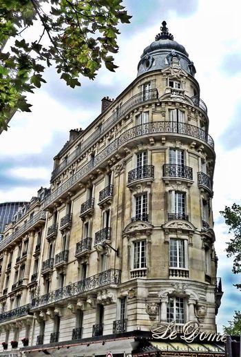 Café du Dôme Sehenswürdigkeit Montparnasse, Paris Künstlerviertel Cafe Du Dome Streetphotography Built Travelling Photography France Paris Built Structure Architecture Sky Low Angle View Building Travel Destinations No People Travel