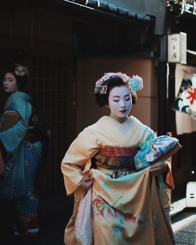 @itchban / itchban.com Elegant Geisha Japan Tradition Cultures Females Front View Girls Kimono Kyoto Lifestyles People Portrait Religion Traditional Clothing Women The Traveler - 2018 EyeEm Awards