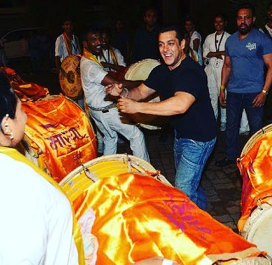Superstar still a Common guy by Heart . Salmankhan celebrating Ganesh Chaturti at his place :*