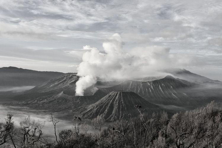 Bromo Tengger Semeru Mountain Sky Cloud - Sky Volcano Active Volcano Volcanic Rock Emitting Volcanic Landscape Volcanic Activity Lava East Java Province Big Island - Hawaii Islands Bromo-tengger-semeru National Park Erupting Molten Releasing