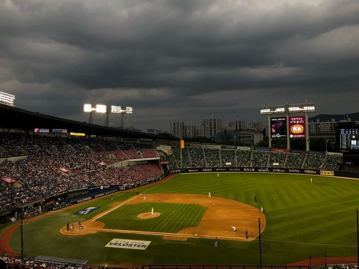 baseball Sport Stadium Crowd Spectator Group Of People Sky Large Group Of People Cloud - Sky Team Sport Built Structure Architecture Real People Soccer Grass Playing Field Floodlight Nature Baseball - Sport Outdoors Night