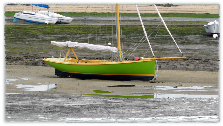Colorful ll hull for this surnatural photography of wood boat - Bnw first plane Yellow Green Black Hull Yellow Mast Wood Sailboat Reflection Out Of Water Yellow Deck Wooden Boat Low Tide Low Tide Theme No People Bnw Part White Frame Colorful Surnatural Reflection In The Water EyeEm Best Edits - In Arcachon, France