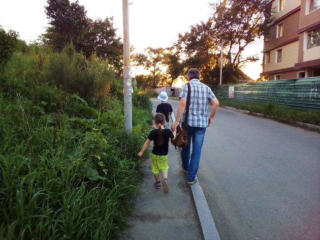 Go watch the sunset People Together People Family Children Childs Father Dad Daddy Go Walking Walk Move Moving Forward  Go Forward Street City Summer August Evening Sunset Trees Fatherhood Moments Press For Progress