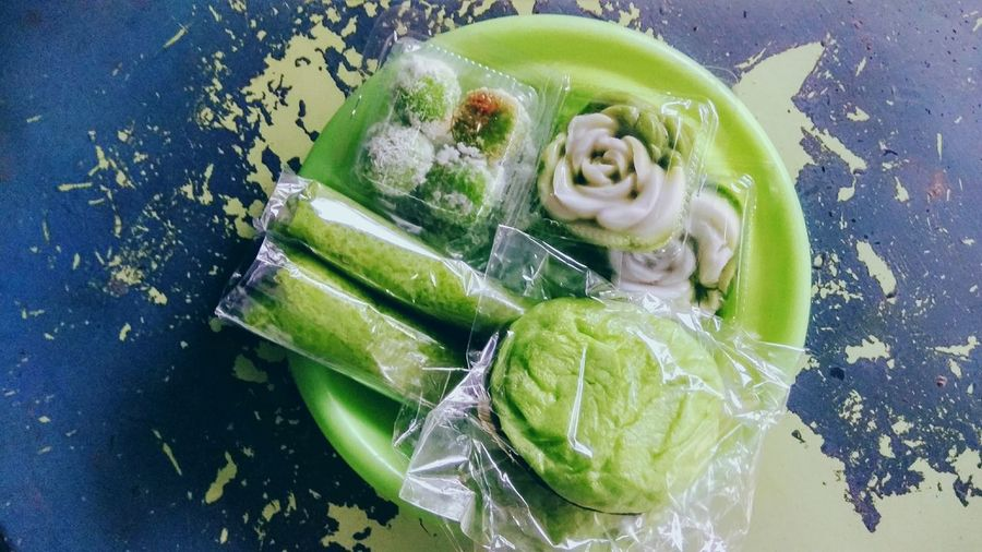 green on green :) Yummy Green Color Snacks On Snacks On Snacks Eat Eat And Eat Yummy In My Tummy Jajanan Jajan Pasar Traditional Food Snack Time Klepon Dadar Gulung Yummylicious