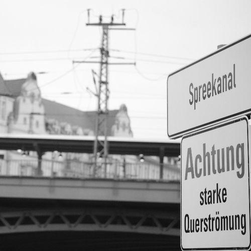 Spreekanal Strömung Friedrichstrasse Bahn bw nikon d5100