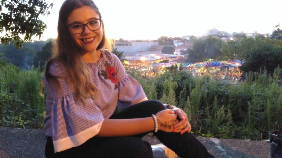 viagem medieval Sister EyeEm Selects Inner Power Young Women Portrait Smiling Women Flower Happiness Cheerful Eyeglasses  Standing Beautiful Woman Streaming