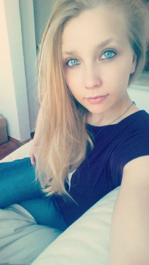 Trotz allem das Lächeln nicht vergesse 😊 Sonnenschein  ♡ Me Lovely Follow Me On Instagram BlueEyes Blonde Girl Fuckthisshit Couchpotato