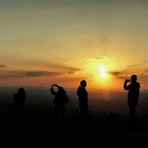 🌅Mais uma foto do maravilhoso pôr do Sol no mirante da Lagoa Dourada, região de São José da Serra, onde tivemos uma acampamento Varamato na semana passada! Sunset Sunrise Sun Sol Pordosol Serradocipo Sossego Turismomg