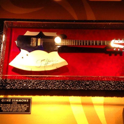 Para la colección de Maria @venbamar Está en Ibiza en el Hard Rock Café perteneció a Gene Simons de Kiss y hasta que hagan rotación ( cada 10 años cambian la exposición de sus locales ) aquí disfrutaremos viéndola Ibiza Rock Hrcibiza Rock And Roll Heart