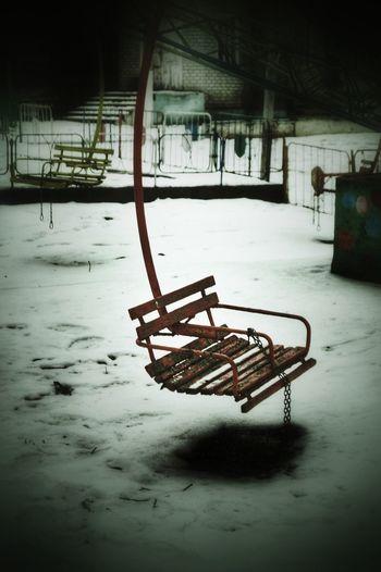 качелии парк отракцион зима снег сиденья карусели🎠🎠🎠 карусель Adapted To The City