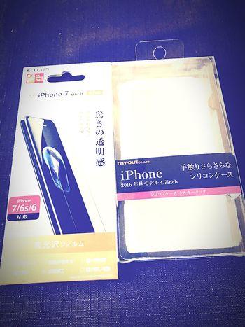 iPhoneとケース、そしてクリアなフィルムの輝き。