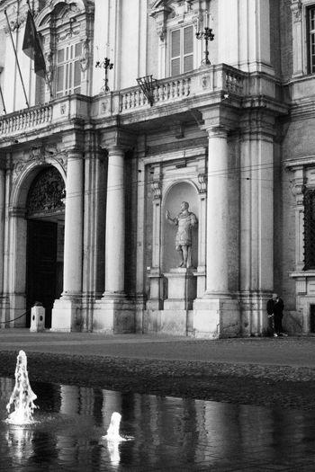 21/01/18 _ Modena Guardare e scattare... senza impostare nulla, senza inquadrare, senza preoccuparsi di fare una foto stupenda. Semplicemente cogliere l' attimo e immortalare quello che stai guardando. <<Scommetto che nessuno riesce a trovare il soggetto della foto...o meglio i soggetti😉>>. /// Bnw Blackandwhite Streetphotography Streetart Modenacentro Modena Accademia Statue Street Streetphoto_bw Bnw_shot Italy Italia Urban Urban Geometry Kiss Love Bacio  Architecture Built Structure Building Exterior Day Window Architectural Column Outdoors Water