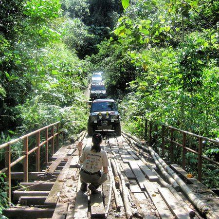 نعدي جسر من خشب في طريجنا للشلالات Malysia Pi Trip Travel wooden bridge car driver