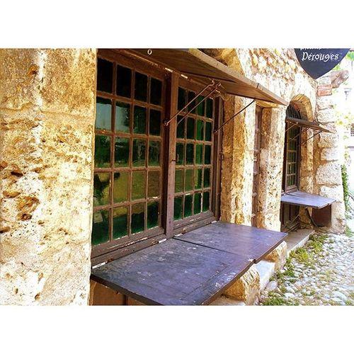 Une Promenade Gourmande à Perouges , zut plus de Galette sucré au beurre village medieval plusbeauvillagedefrance histoire tourduguet eglisefortifiee igerslyon