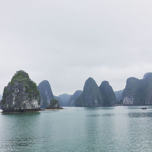 Baie d'halong au Vietnam Authentic Moments Baie D'Halong Beauty In Nature Croisiere Cruise Day Halong Bay Vietnam Halongbay Landscape Mountain Nature No People Outdoors Roadtrip Scenics Sea Sky Tranquil Scene Tranquility Travel Travel Destinations Vietnam Voyage Water Waterfront