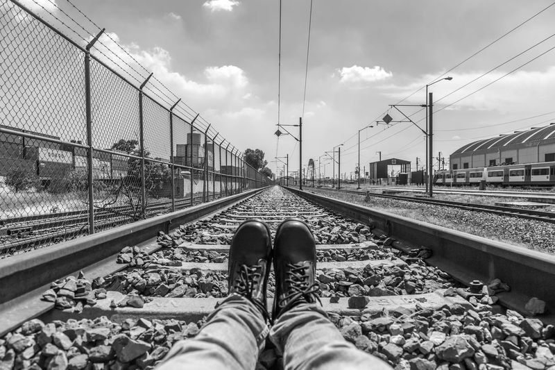 Descansando Insolite Insólito Descanso Descansar Tranquility Train Railroad Track Transportation Rail Transportation Cloud - Sky Sky Metal Cable Human Body Part Real People Day Outdoors One Person Public Transportation Shoe People Standing