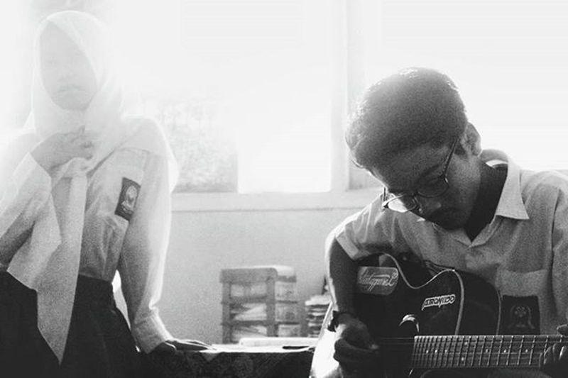 Alunan petikan gitar lebih asik dibanding petik mangga. -Albert Einstein Quotekampret Quoteoftheday Taiquoteok Qotd Albert Entin Eh Einstein