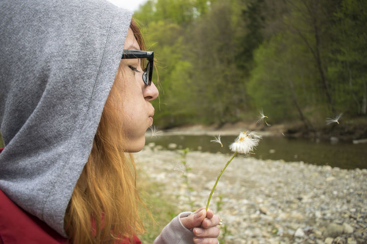 Dandelion life Adult Close-up Day Eyem2017 Eyemphotography Flower Focus On Foreground Fragility Freshness Holding Human Hand Leisure Activity Lifestyles Nature One Person Outdoors People Real People River Woman Around The World Women Young Adult Young Women Redhead Hoody