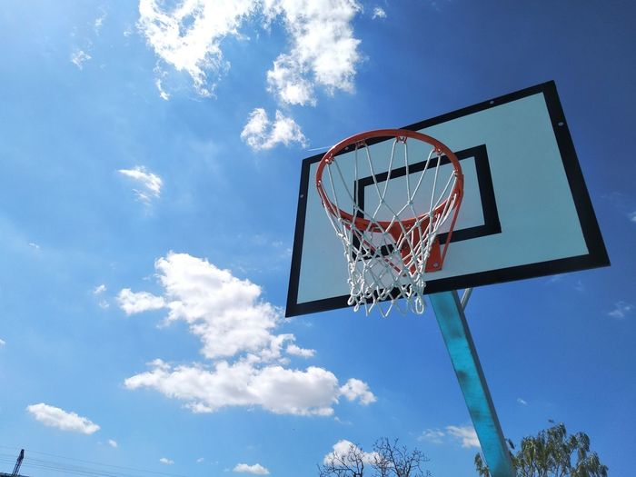 Sky And Clouds Sky Outdoors Park Outdoor Photography Exterior Exceptional Photographs Exploring EyeEm EyeEm Gallery Enjoy Life Basketball - Sport Court Basketball Hoop Basketball Player Sport Blue Leisure Games Taking A Shot - Sport Net - Sports Equipment Motion Basketball - Ball Basketball Making A Basket Scoring A Goal Scoring Entertainment EyeEmNewHere