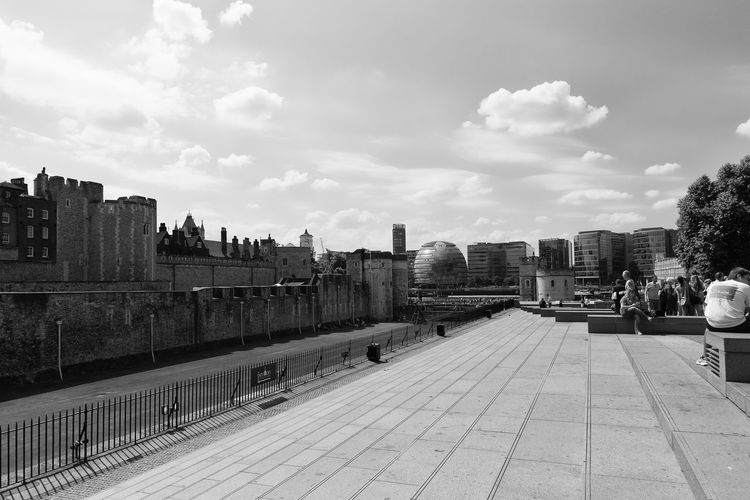 Ancient and modern - The Tower of London with new buildings in the background London Modern Architecture Torre Di Londra Tower Of London Ancient Architecture Black And White Landscape Londra