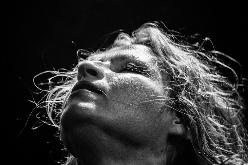 La chanteuse et guitariste Ana Popovic. Portrait Photography Portrait Of A Woman Blackandwhite Live Musique Blues Ana Popovic Woman Who Inspire You Woman Power Woman Of EyeEm Portrait Of A Woman Drop Motion Close-up Black Background Indoors