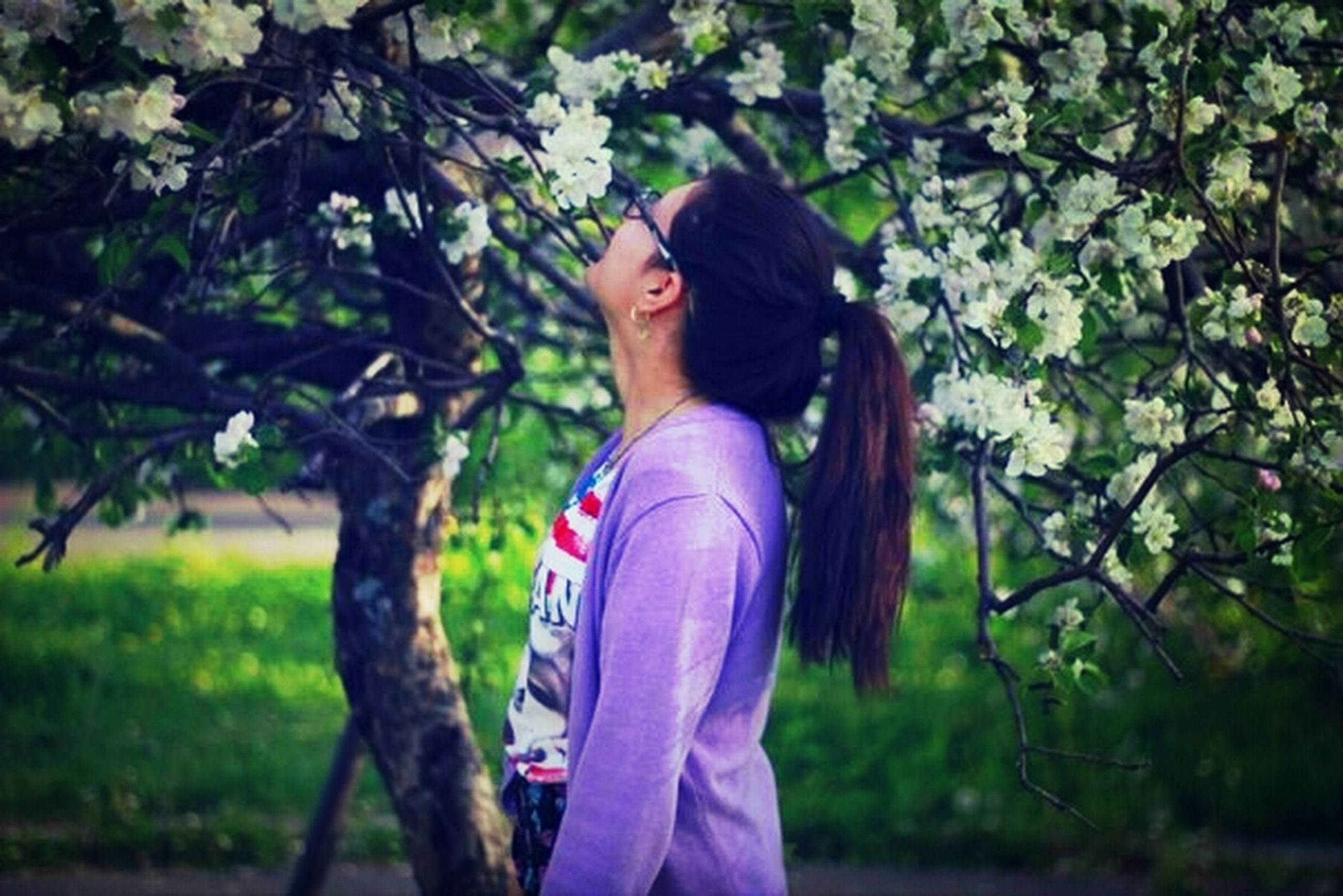 lifestyles, young adult, person, tree, leisure activity, casual clothing, young women, smiling, focus on foreground, looking at camera, three quarter length, portrait, standing, long hair, front view, park - man made space, happiness