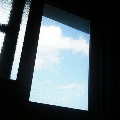 即便是小小的窗子,只要抬起頭就能看見藍天白雲 還被轄制在自己小方框的你 試著學會抬起頭吧