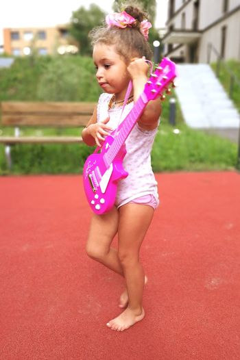 Lovethislittlegirl Lovekids Gitar ❤️ Beautiful Girl Kids Photography Princess Pink Color Kidsarethefuture Love To Take Photos ❤ Beauty In Nature Happy Time Real People Learning Photography Sweet♡ Happiness Smiling Sommerfeeling