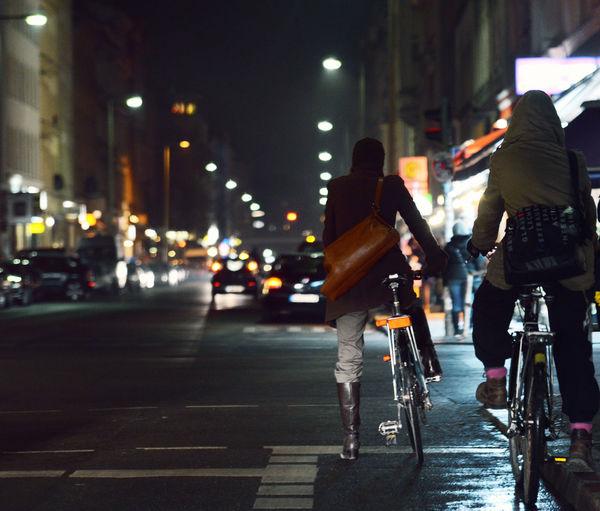 Nachts mit Fahrrad im Berliner Stadtverkehr 10999 Ampel Auto Berlin Berlin Bei Nacht City By Night Fahrrad Fahrradfahren Kreuzberg Kreuzung Lichtspuren Nacht Nachtaufnahme Nachtleben Oranienstraße So36 Stadt Stadtverkehr Strassenverkehr Traffic Lights Verkehr